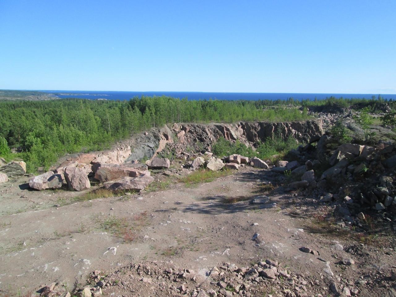 Вид на южную часть Ладожского карьера (о. Сюскюянсаари) и Ладожское озеро. Фото Борисова И.В.