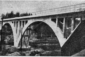 Мост завершён. Если присмотреться, можно увидеть строительный кран под аркой.