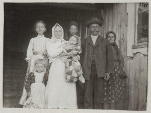 Семья Рантси в 1910 г. Насти Рантси (с ребенком на руках) — рассказчица сказок, записи которых на карельском языке в переводе на финский опубликованы. Иван Рантси на фото сзади.