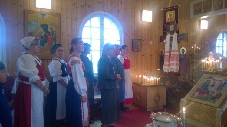 В престольный праздник — на «Иванов день» — принято одевать национальные костюмы (у кого имеются).