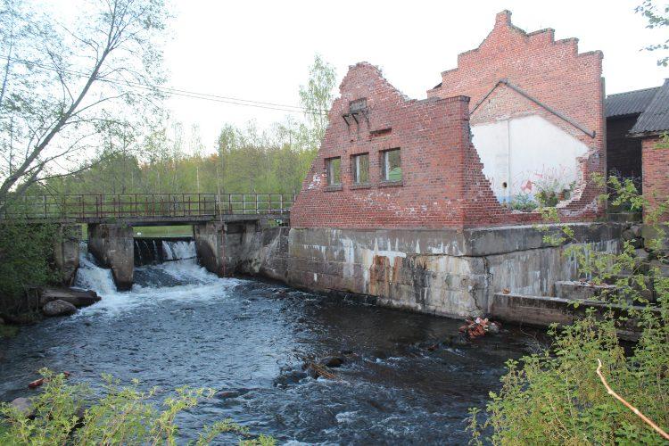 Плотина Мельничный ручей, на реке Пионерке