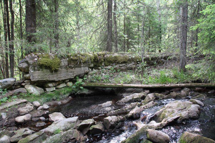 На реке Каранкооя (Karankooja), которая протекает между Кааламо и Рускеалой, имеются руины финской плотины