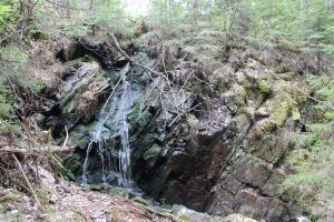 Маленький водопад у Белых мостов