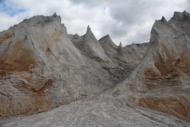 От Мраморного завода в Рускеале осталось еще одно, довольно интересное место - отвалы отработанной породы, рядом со старым, закрытым карьером. Большие, десятиметровые отвалы, годами подвергавшиеся эрозии, теперь образуют интересный, как будто инопланетный, пейзаж.