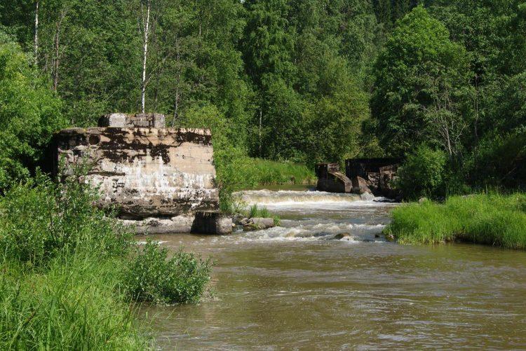 Плотина недалеко от Хийтола