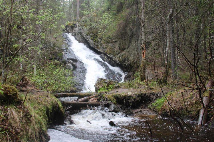 Водопад  на озере Андронино